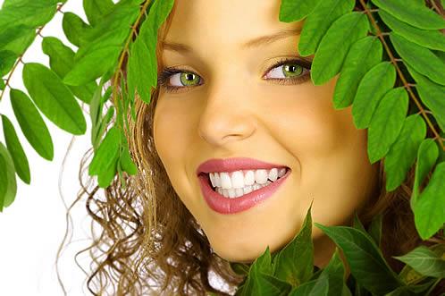 made-up-žena-s-prirodnim-zelene-grane